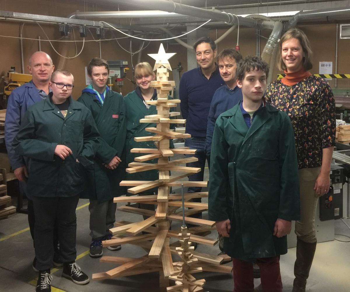 Mariasteen en Dominiek Savio maken samen kerstbomen