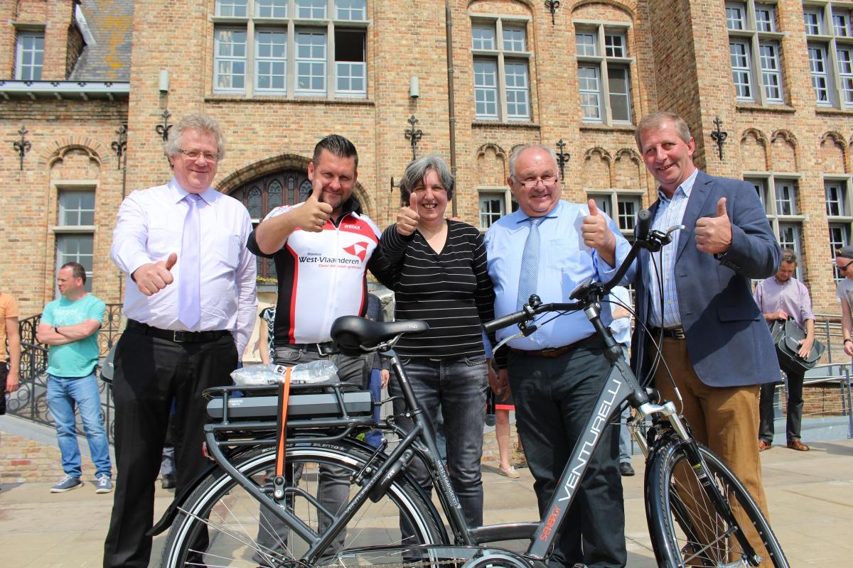 Carine De Geldere neemt haar nieuwe fiets in ontvangst